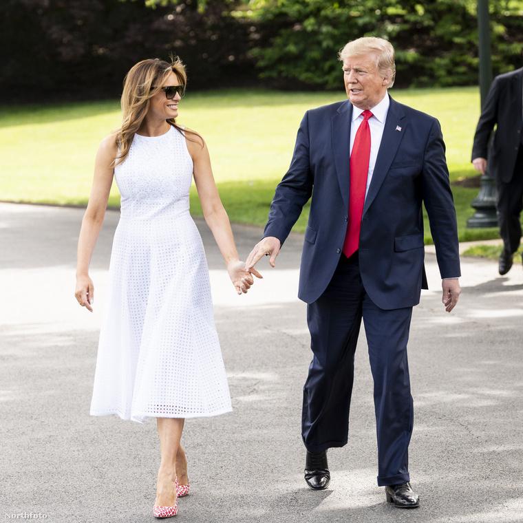 Sőt mi több, szemmel láthatóan még a First Ladynek sem derogál megfognia a férje kezét, pedig emlékeznek, több alkalommal is kínosra sikeredett a kézfogósdi, csókváltásaikról nem is beszélve!