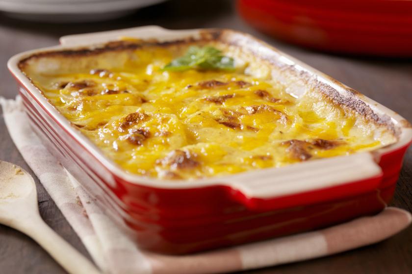 Fűszeres, tepsis újkrumpli vastag, nyúlós sajtréteggel, friss zöldségekkel