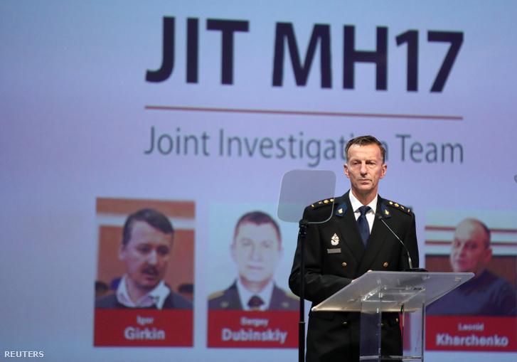 Wilbert Paulissen, az egyik nemzetközi nyomozó mutatja be a Malaysia Airlines MH17 lelövésével kapcsolatosan kiadott elfogatóparancsokat Nieuwegeinben 2019. június 19-én