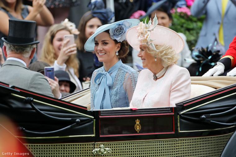 Nem sokkal mögöttük megjelent Katalin és Kamilla hercegné is, akik visszafogott szettben érkeztek az eseményre.