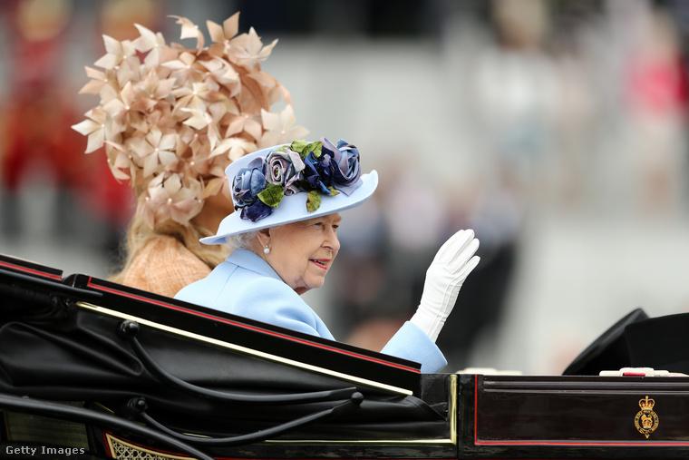Erzsébet királyné lovaskocsival érkezett az eseményre