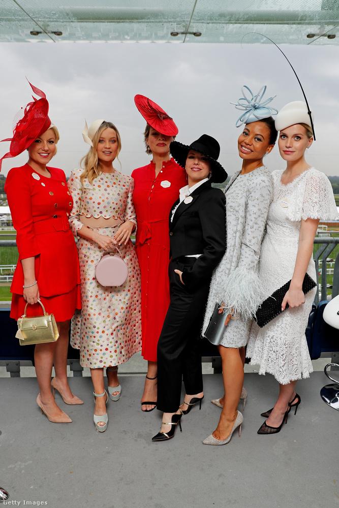 Persze voltak olyanok is, akik a mulatságos fejfedők helyett inkább kifejezetten elegáns szettekbe öltöztek az esemény előtt tisztelegve.