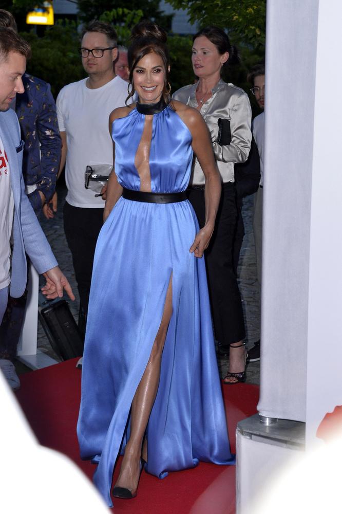 A színésznő mostani ruhája ráadásul sokkal merészebb, a lába is ki-kivillant a vörös szőnyegen, ...