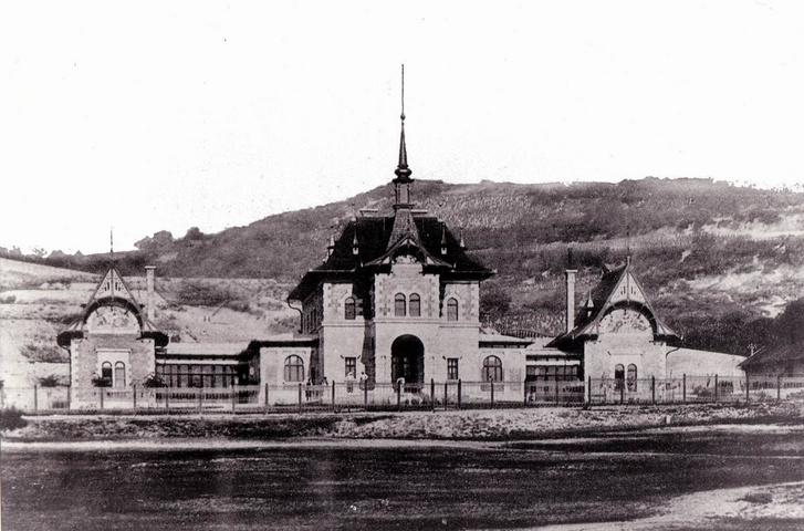 A Marczibányi téri lövőház az 1890-es években. Elég durván kopaszak mögötte a hegyek