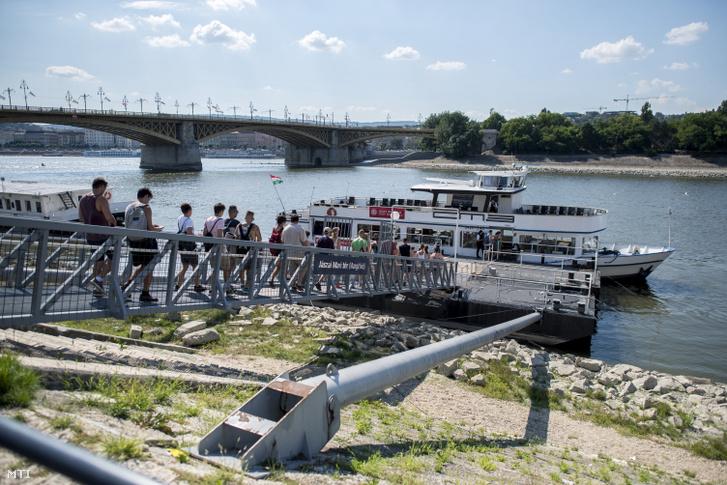 BKK (Budapesti Közlekedési Központ) egyik hajója a Jászai Mari téren 2018. augusztus 10-én
