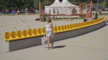 Végre kiderült, miért is a Velencei-tónak háttal tették le azokat a sárga székeket