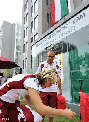 Csernoviczki Éva cselgáncsozó a pekingi olimpiai faluban Hidas Péter csapatorvossal
