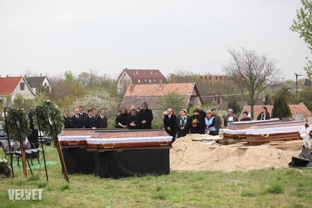 Közel van a ház a temetőhöz (a háttérben, középen álló emeletes ház)