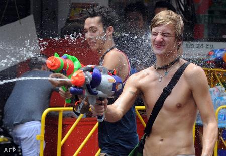 Vízispricc-fesztivál Bangkokban a thai újév alkalmából