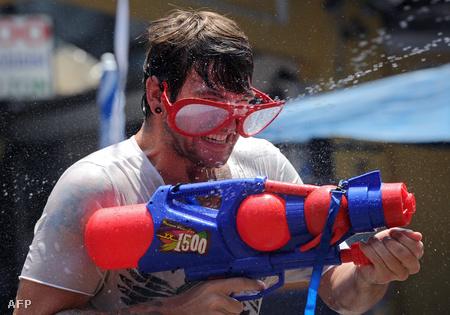 Vízispricc-fesztivál Bangkokban újév alkalmából