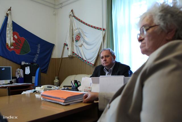 Farkas László jelenlegi és Jávorszki Imréné korábbi polgármester