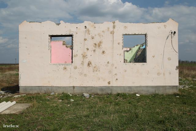 Az egyik ház Berzék szélén, melyet ifj. L. Zoltán és rokonai lebontottak