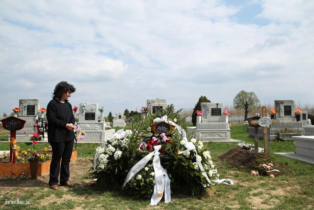 Batta Erzsébet Nagy József sírjánál