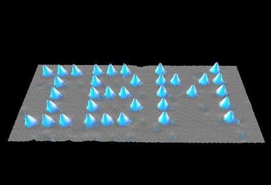 AZ IBM logója nikkel felületen, 35 xenon-atomból