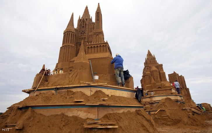 Homokszobrászok alkotnak az évenkénti nemzetközi homokszobor-fesztiválon a belgiumi Oostendében 2019. június 19-én. Az idén mintegy negyven művész részvételével rendezett fesztivál témája az álomvilág.