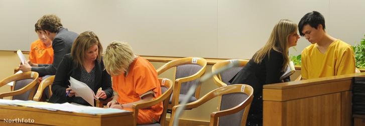 A gyilkos kamaszok a bíróságon