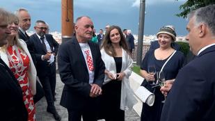 Orbán Viktor rezidenciájának teraszán nosztalgiázgatott rajongói körében