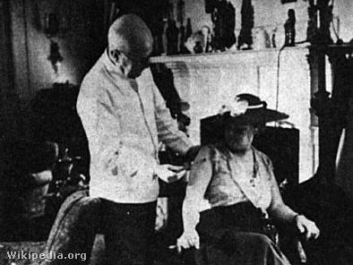Beck Bódog pácienst kezel méhcsípésekkel 1938-ban