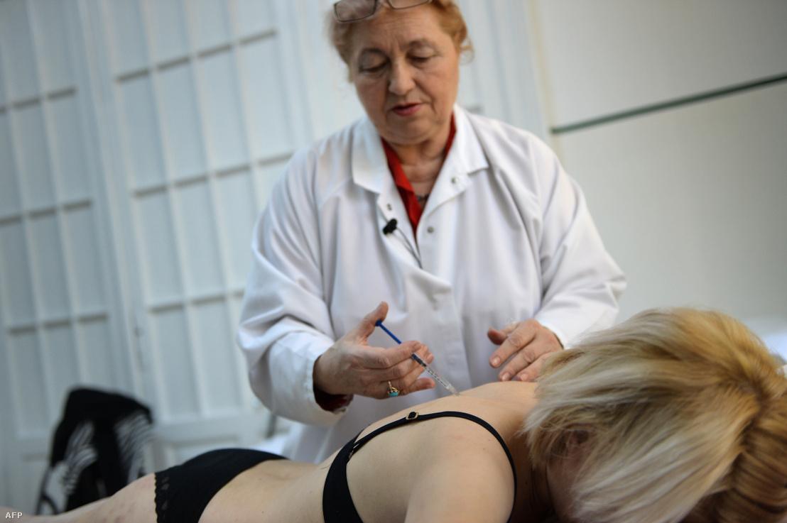 Méhméreg kezelést kap a 34 éves Doina Postolachi egy bukaresti klinikán 2014. március 28-án. Doina hetente kétszer jár kezelésre, mert az alternatív gyógyászat szerint segít meggyógyítani a sclerosis multiplexet és elősegíti a sebek gyógyítását.