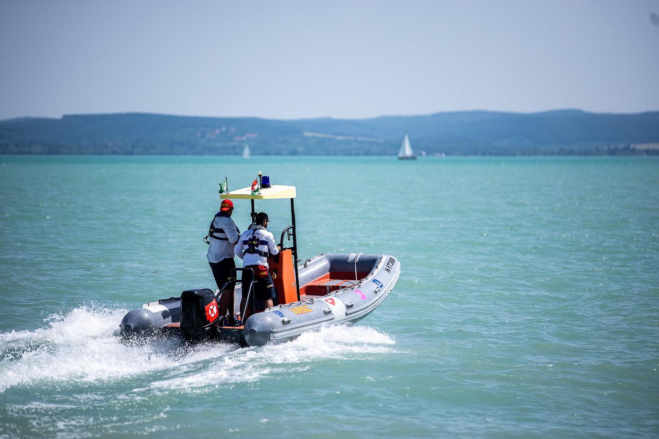 A hajós vízimentőnek többféle feladata van. Amikor szolgálatban van, a központi riasztás alapján teszi a dolgát, de rendezvényeken is dolgozik, például a Balaton-átúszáson, fesztiválokon, vitorlásversenyeken.