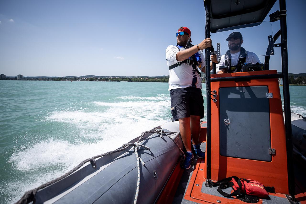 A hajós szolgálat minden esetben motorpróbával, takarítással, állapotfelméréssel, üzemanyagszint ellenőrzéssel kezdődik. Bármilyen helyzet vagy helyzetek sorozata is adódik, késznek kell arra lenni, hogy akár egész nap a vízen legyen a hajó és személyzete.