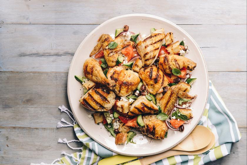 Ropogósra sült csirke görögösen: paradicsomos, fetás salátával