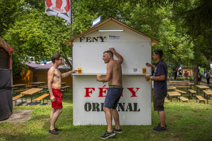 Étkezni a Borfalu, illetve a PMFC Színpad közeli kajás utcában lehet, inni pedig szinte mindenhol.