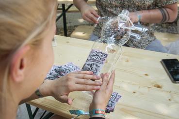 A palackos fröccs (4 dl bor és 6 dl szóda) ezer forint, a fröccsborok ára decinként egységesen 250 forint.