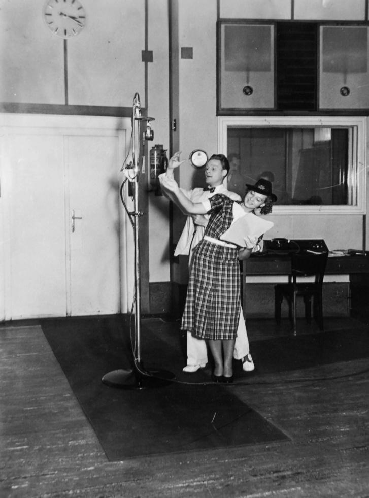 A Magyar Rádió stúdiójában Ungváry László és Szeleczky Zita színművészek egy rádiójáték felvételén 1938-ban