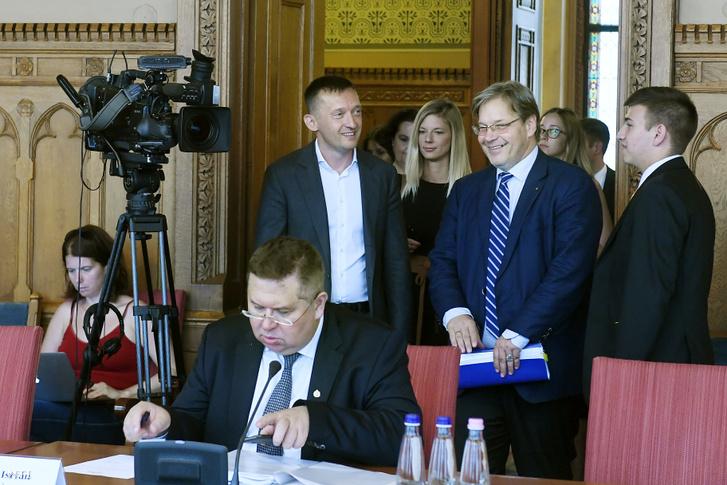 Rogán Antal érkezik az éves meghallgatására az Országgyűlés igazságügyi bizottságának ülésére 2019. június 20-án. Mellette Vejkey Imre a bizottság KDNP-s elnöke.