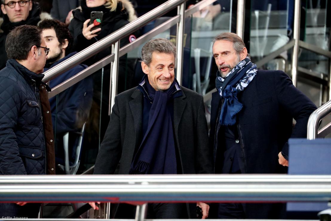 Nicolas Sarkozy és a PSG vezérigazgató-helyettese, Jean-Claude Blanc a PSG meccsén Párizsban.