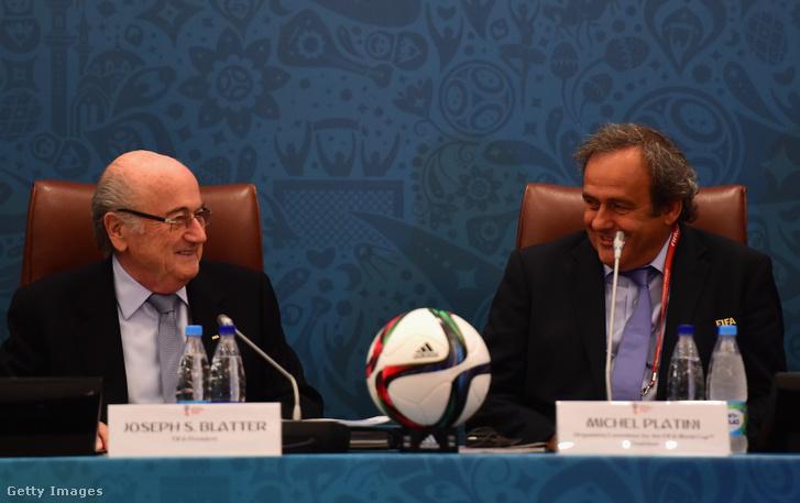 Blatter és Platini a 2018-as VB selejtező csoportjainak sorsolásán Szentpéterváron 2015-ben