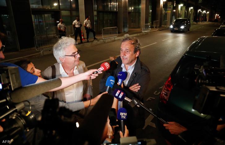 Platini és ügyvédje nyilatkozik a sajtónak, miután korrupciós ügyével kapcsolatban kihallgatták 2019 június 18-án.
