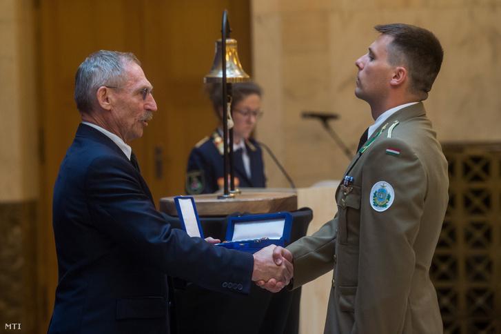 Radnai Ádám főhadnagy, a Magyar Honvédség, 86. Szolnok Helikopter Bázis, Szállítóhelikopter Zászlóalj, 1-8. Szállító-kutató-mentő Helikopterraj, helikopter-vezető tisztje a Rendkívüli Helytállásért Érdemjel Arany Fokozata kitüntetést veszi át
