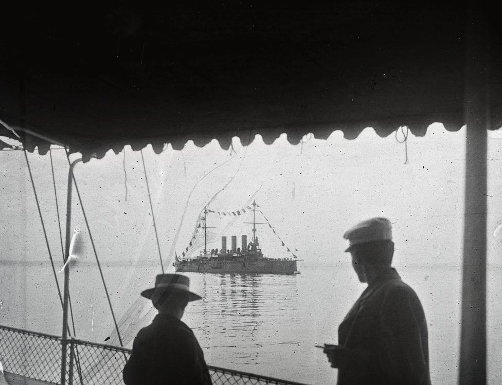 Századfordulós kirándulás Póla (ma Horvátország) kikötőjéből a Liburnia személyszállító gőzösön. Szemben az Osztrák-Magyar Monarchia haditengerészetének Kaiser Karl VI. páncélos cirkálója