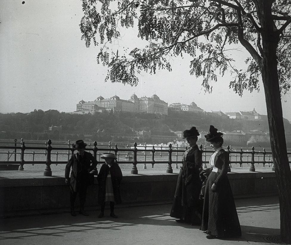 A pesti Dunakorzó a századfordulón, háttérben a Királyi Palota