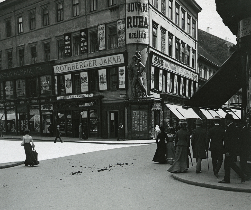 A pesti Kristóf tér és a Váci utca sarka, a névadó Szent Kristóf szoborral a századfordulón
