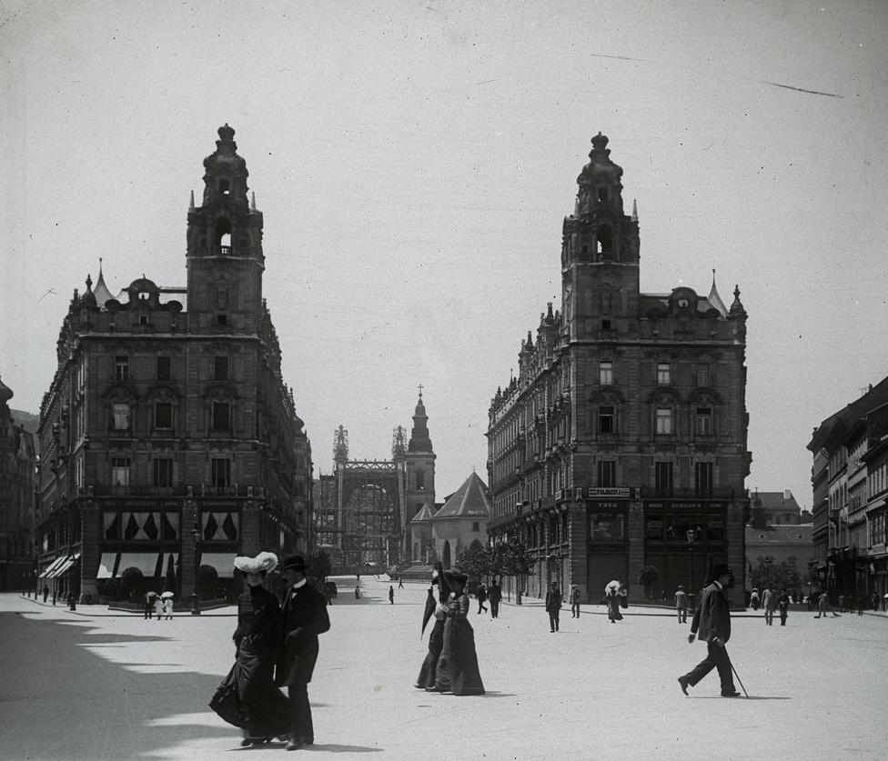Matild és Klotild a Kígyó téren, vagyis a Klotild paloták a Ferenciek terén 1902-ben. Háttérben az épülő Erzsébet híd.