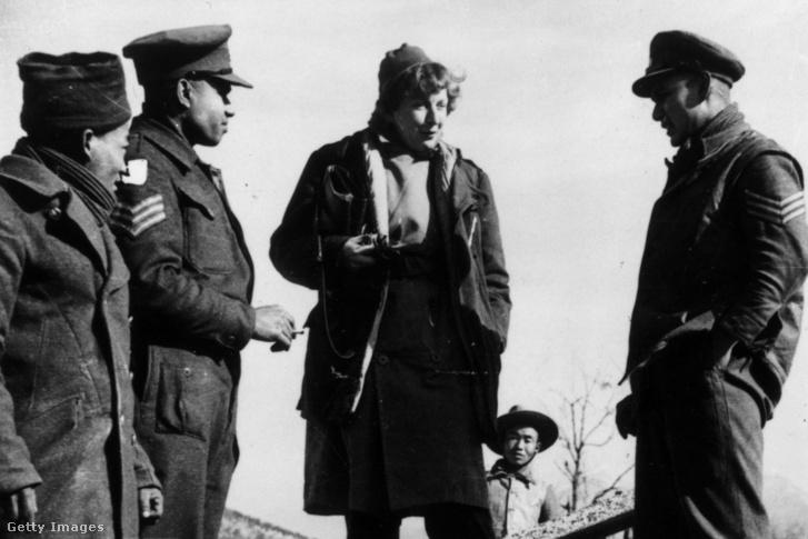 Martha Gellhorn beszélget a brit hadsereg katonáival Olaszországban 1944-ben