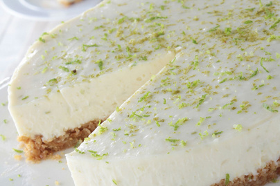 Csábító, lime-os sajttorta sütés nélkül: így lesz omlós a tészta