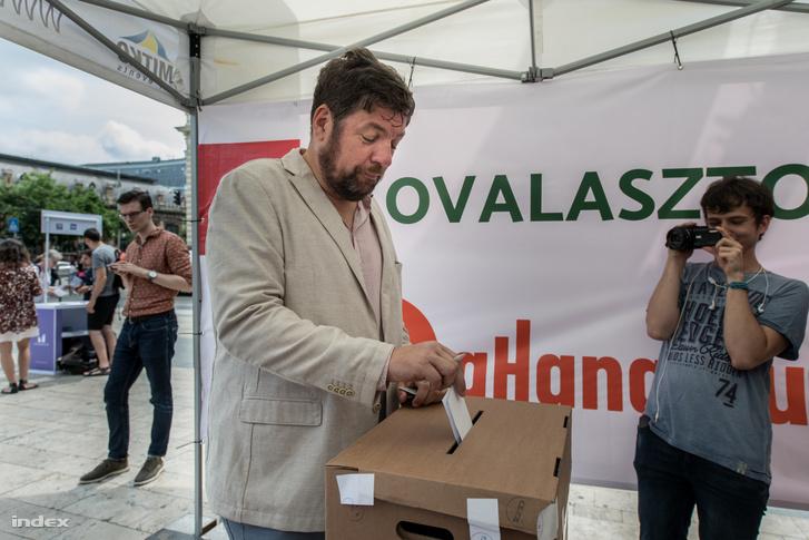 Kerpel-Fronius Gábor leadja szavazatát az előválasztáson 2019. június 20-án.