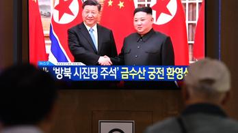 Tízezer ember, fegyveres díszköszöntés várta a kínai elnököt Észak-Koreában