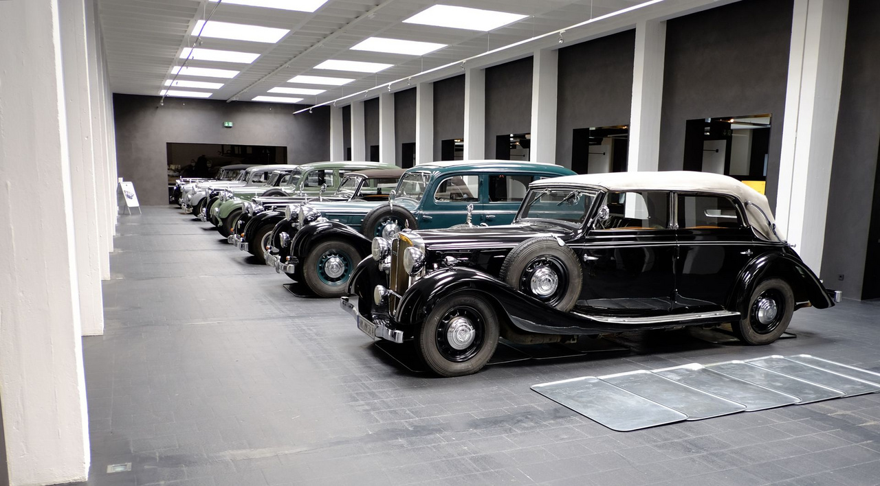 Ez itt a múzeum központi része. Minden szürke és fehér, derékszögű. Illik a kocsik hangulatához. Legelöl egy 1937-es SW38