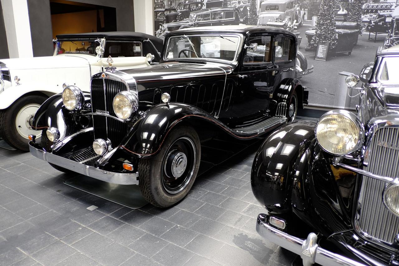Ez az 1930-as, tizenkét hengeres Maybach Zeppelin DS8 a cottbusi barnaszén-forgalmazó és brikettgyáros, Viktor Rolff autója volt, 1954-ig tartották forgalomban, s a múzeumnak a negyedik tulajdonosa adományozta 2015-ben