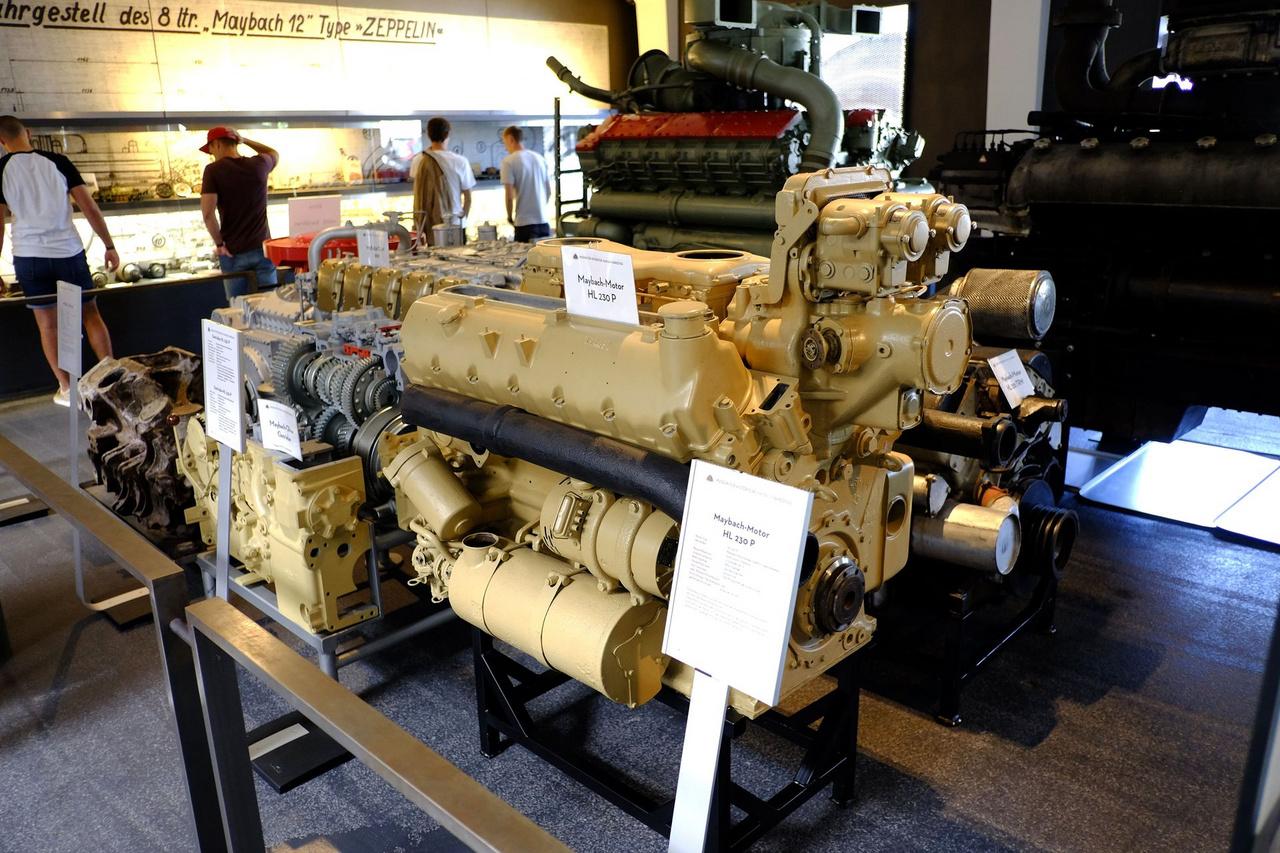 Ez volt a Maybach utolsó új benzinmotorja. A 23 ezer köbcentis, tizenkét hengeres, 3000-nél 700 lóerőt leadó, 1941-ben megjelent HL 230 P kódjelű motort a Panzer V Panther és P45-ös, illetve a Panzer VI Tiger (Tigris) harckocsikba szerelték be