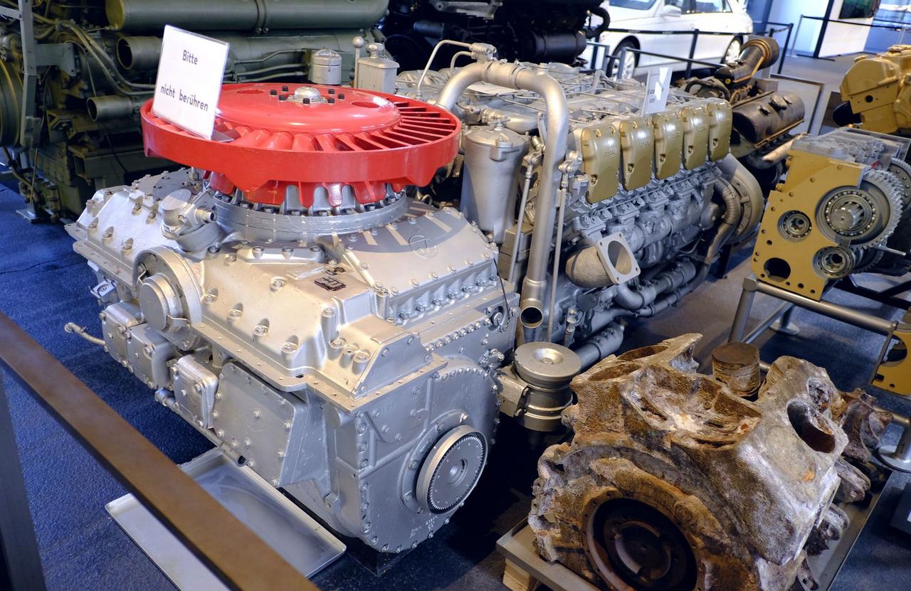 Bitte nicht berühren típusú Maybach harckocsi-motor (egyébként csak azt jelenti a felirat, ne taperold).  Az 1960-ban megjelent, 838 CaM 500-as, V10-es, kompresszoros dízelmotor 37 400 köbcentis és 830 lóerőt tud 2200-as fordulaton
