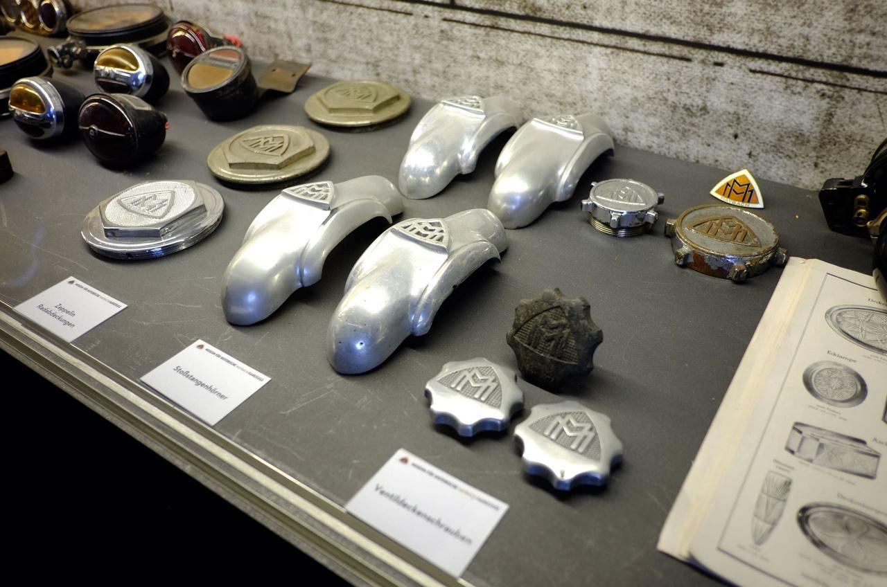 Néhány Maybach-lámpa, kerékkupak, lökhárítóbaba és szelepfedél-sapka