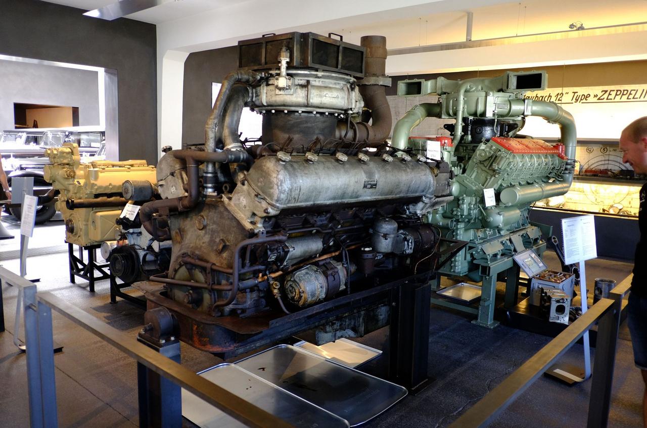Közelebb hozzánk az 1955-ben tervezett, 48 240 köbcentis, 650 lóerős, V12,es, turbós dízelmotor (Maybach GTO 6), a távolabbi egy MD 650-es, ami 64 500 köbcentis, 1100 lóerős, szintén V12-es, szintén dízel, hatszelepes hengerfejekkel, 1949-ből