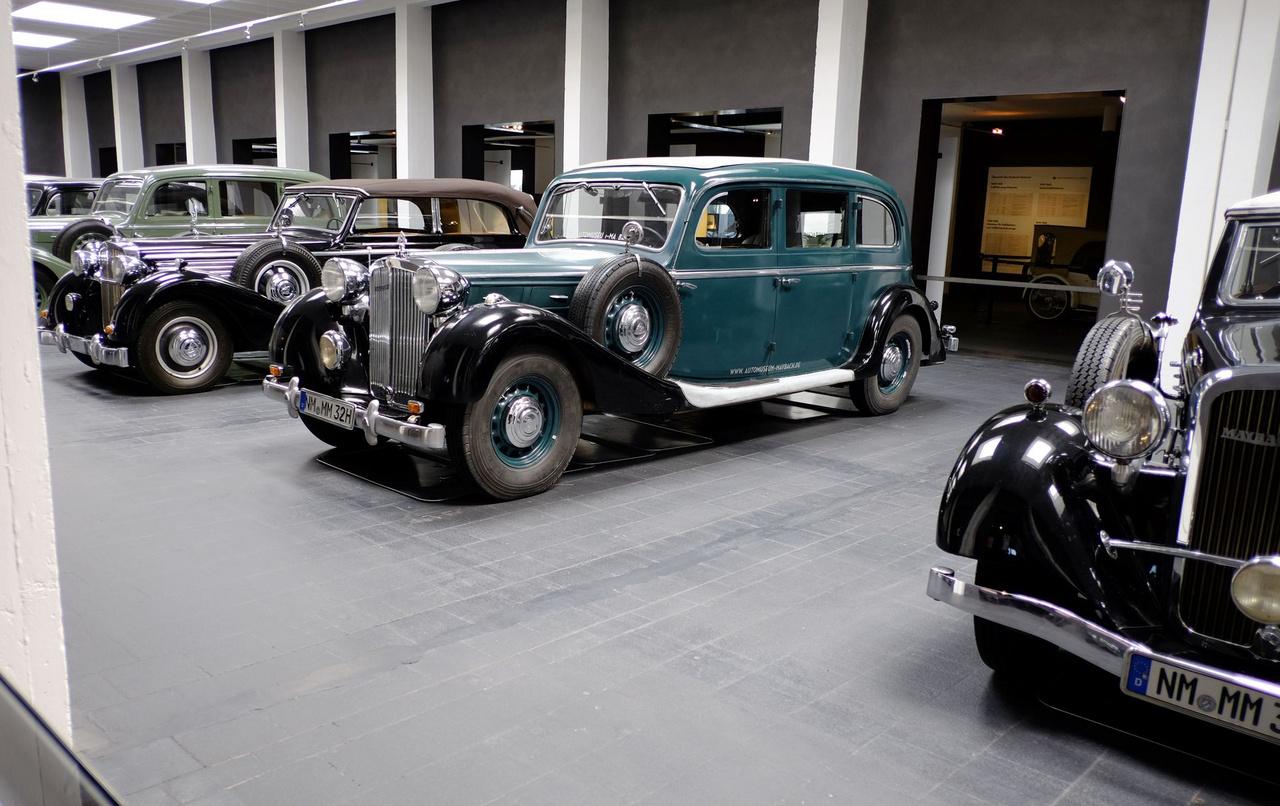 Egy SW38-as, de már hosszú, Pullman-karosszériás, hathengeres, 140 lóerős Maybach 1939-ből. Karosszériája fekete-zöld, azzal harmonizáló zöld bőrülésekkel elöl és zöld műbőrrel hátul (akkor még az volt a drágább anyag). A trieri püspök autója volt. 1951-ben a Maybachot egy műszaki dolgokban jártas diák vette meg, harminc éven át autózott vele, s csak akkor váltott modern kocsira