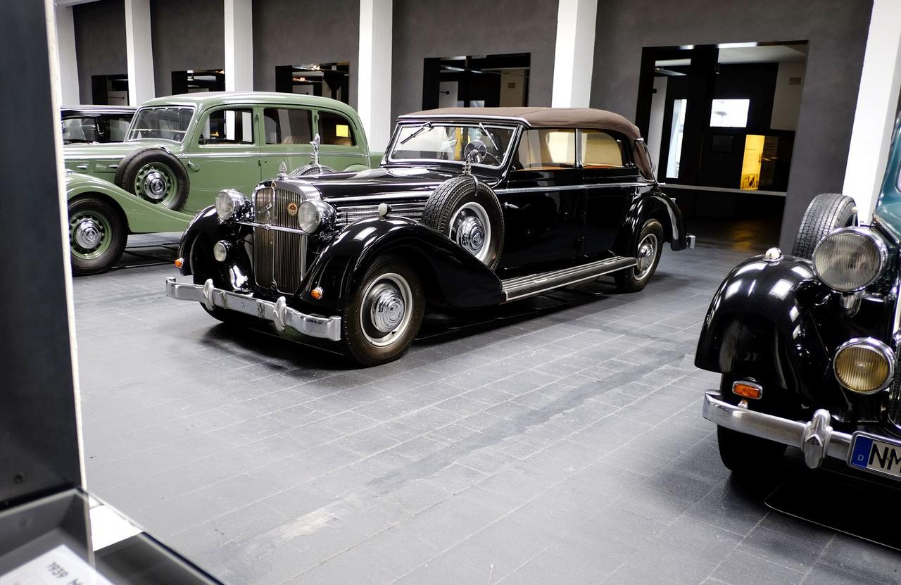 Ezt az SW38-as típusú Maybachot a Berlini Propagandaminisztérium turizmusért felelős részlegének rendelték 1939. március 22-én. Valójában Herman Esser államtitkár használta, s az ő utasítására lettek öblösebbek az első sárvédők, nehogy ő, vagy barátja, Adolf Hitler összesározza a nadrágját, amikor autózni indulnak